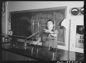 a_chemistry_teacher_explaining_an_experiment_8d41253v